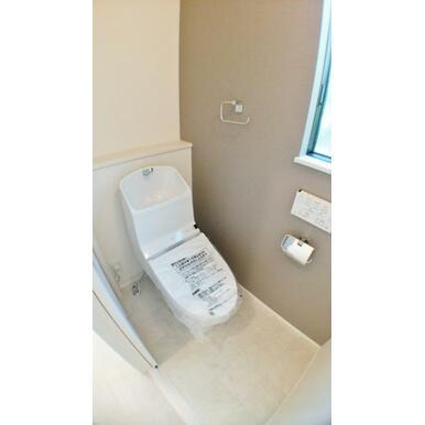 【トイレ】 ほっと一息つける場所。清潔感漂うオート洗浄付トイレ!