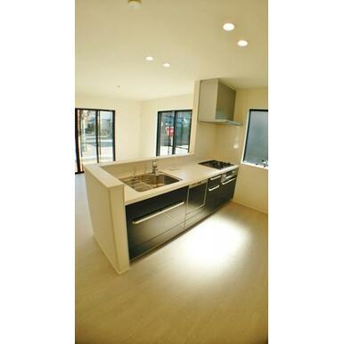 【キッチン】 3口コンロ、食洗機、スタイリッシュな薄型レンジフードなど充実の設備!
