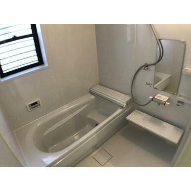 浴室 浴室乾燥機付きなので、雨の日には洗濯物の乾燥室としても利用可能のユニットバス。