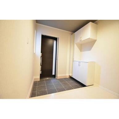 姿見付きの大容量の玄関収納があるので、すっきりとした玄関を保てます。