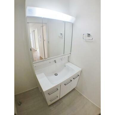 【8号棟洗面台】 3面ミラーキャビネットの中に洗面用具を収納!余裕の広さで身支度もスムーズ!