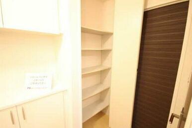 あると便利な収納!棚を使ってキレイに整理整頓!お部屋を広くご利用いただけます!