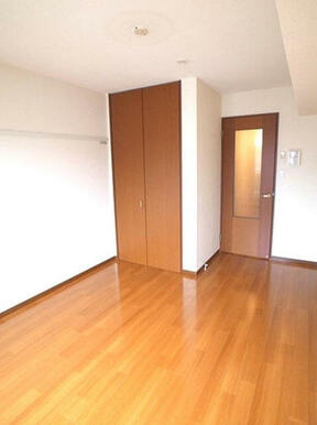 【洋室】7.4帖の洋室です。付け長押の代わりに壁面に取り付ける化粧幕板にはスライド可能なフックが。衣