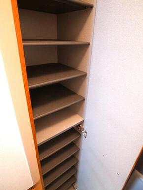 【玄関収納】玄関横の収納棚です。棚は可動式ですのでお履き物に合わせて調整可能です♪