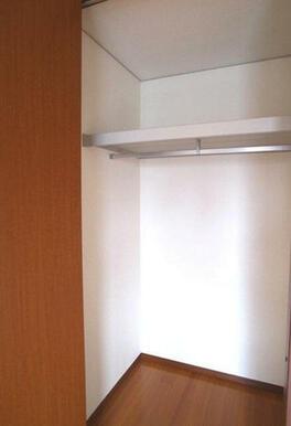 【収納】7.4帖の洋室にはハンガーパイプ付きのクローゼットが設置されています☆衣類はハンガーにかけて