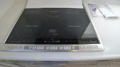 キッチンコンロは安全性が高く、熱伝導に優れたIHクッキングヒーターとなります☆