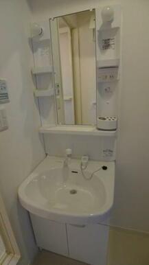 洗面化粧台はシャワー水栓となります。朝の強い味方ですね★