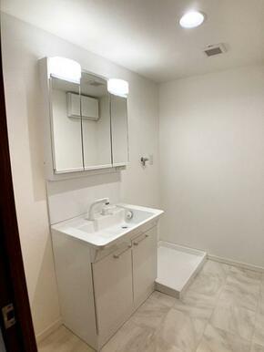「脱衣室」三面鏡付き洗面台新品交換済みです。