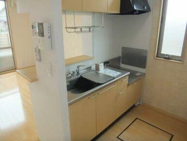 上部に収納もあるキッチンは食器類の収納にも大活躍。家事動線はやっぱり大事ですね
