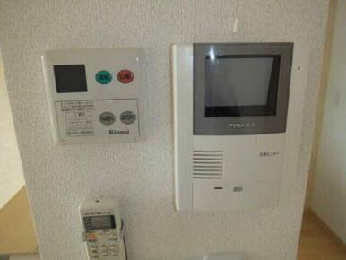お湯張りリモコンと、モニターホンです。来訪者確認や湯張りもボタンひとつは魅力です