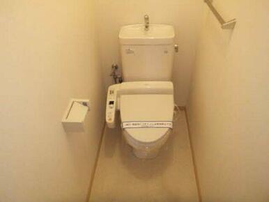 暖房洗浄便座付きのトイレです。一人になりたい時に籠るのにももってこいかもしれません