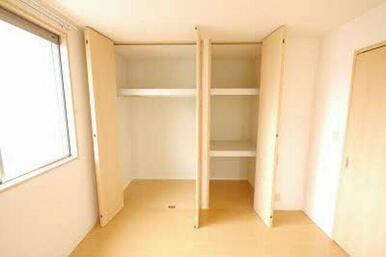 床から天井までたっぷり収納できます!棚やハンガーパイプもあるので効率良く荷物や衣類を収納できます!