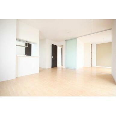 ◆LDK(13.4帖)◆窓から光が差し込む明るいお部屋です☆