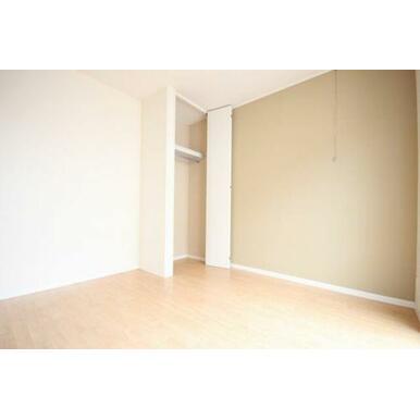 ◆洋室(5.1帖)◆収納はハンガーパイプ付きです!