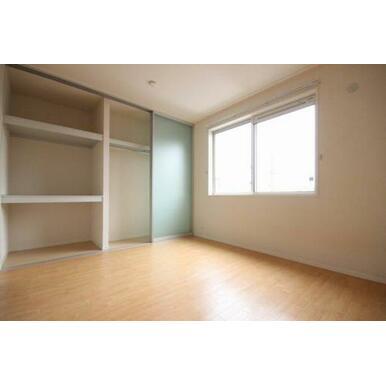 ◆洋室(6.2帖)◆クローゼットはハンガーパイプ、棚付きで収納も楽チンです☆