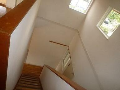 階段吹き抜けでとても明るいです