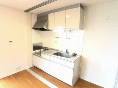 キッチンスペースが奥の壁際にまとまっておりますのでリビングスペースもゆったりと使えます!