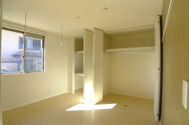 LDKと隣接している5.9帖の洋室①です!壁一面の収納と室内に物干し竿を掛けられるホスクリーンが付い