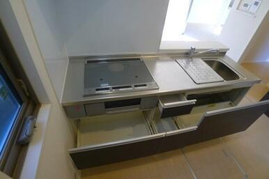 キッチンの収納スペースも充実のボリューム♪水切り棚も備え付けとなっております!