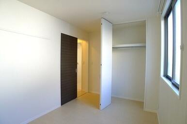 LDKから独立している5.4帖の洋室です②♪こちらのお部屋にも収納があるので衣類はこちらに収納して、