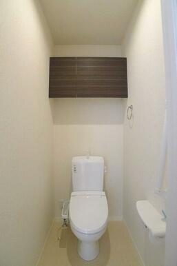 トイレの上部にはトイレットペーパー等を収納できる収納棚付きです!また有ると嬉しいシャワートイレ付き♪