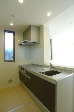 キッチンはビルトインのIHクッキングヒーター仕様♪側面に腰高の窓も付いており、キッチンを明るく演出し