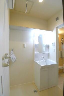 忙しい朝に活躍するシャンプードレッサー付き♪洗濯機スペースもしっかりと確保しております!