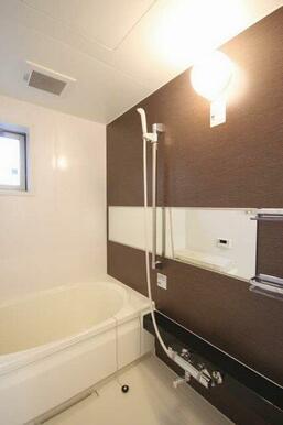 【浴室】ゆったりタイプの浴室です!浴槽は男性でも足が伸ばせるほどの大きさです♪シックな内装になってい