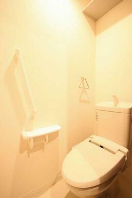 【トイレ】嬉しい多機能付便座です!上にはラックが付いていますので収納ができます◎