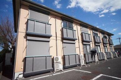 積水ハウス施工の耐震性に優れた、軽量鉄骨造の2階建賃貸住宅「シャーメゾン」です。前面駐車場で日当り良