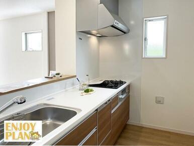 ワイドタイプのシステムキッチンを使用しています。作業スペースが広く炊事が捗ります。