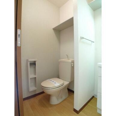 一部壁面にアクセントクロスを使用したトイレ☆ツールボックスとタンク上の棚に予備ペーパーやお掃除道具を
