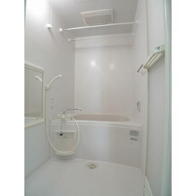 バスルーム☆換気扇は暖房乾燥機能付き♪バスタブでゆったりとお寛ぎ下さい