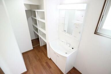 タオルや洗剤等もしっかり収納できる棚付きの洗面室