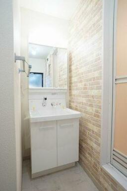 ◆洗髪洗面化粧台◆シャワー付きなので、忙しい朝にもシャンプーができちゃいます☆鏡の中にも収納がござい