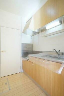 ◆キッチン◆上下セパレートタイプの収納付きで、食器や調理器具がたくさん収納できそうですね♪水栓はシン