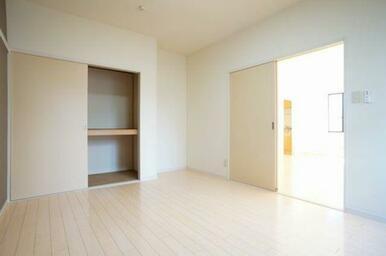 ◆洋室(6.7帖)◆棚付きの収納もございます!