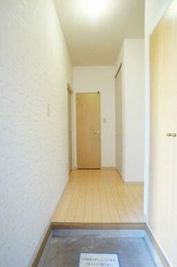 ◆玄関◆玄関先とホールに収納がございます!正面の扉はトイレです。入ってすぐ目に入るアクセントクロスが