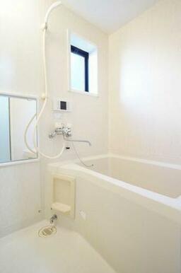 ◆バスルーム◆追い焚き機能付きなので、いつでも温かい湯船につかることができます♪小窓があるので、換気