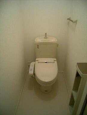 【トイレ】温水洗浄便座付きです☆上部には棚板があります♪