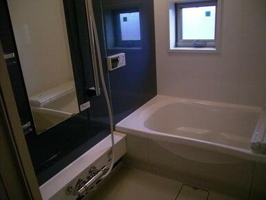 【浴室】追焚機能に加えて浴室乾燥暖房機付きです!!快適なバスタイムをお過ごしください☆   ※写真は