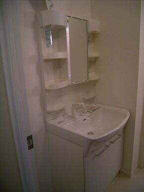 【洗面所】室内洗濯機置き場&独立洗面化粧台☆ 上段は棚になっており、サニタリーグッズを置くことができ