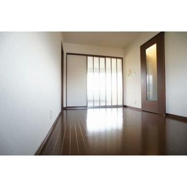【DK⇒洋室】建具を閉めた状態でも明るい光が差し込みます。