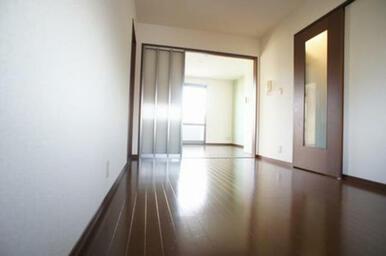 【DK⇒洋室】建具を開けると広々と使う事ができて開放感があります。