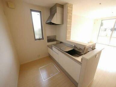キッチンは開放感のあるオープンなカウンタータイプです。