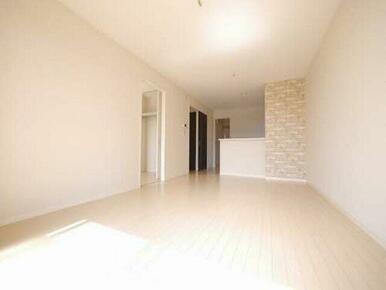 生活の中心スペースです。ダイニングセットやソファーを置くスペースがあるので、家族でくつろぐ空間として