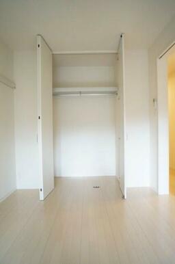 【収納】6.1帖の洋室には大きなクローゼットが設置されております!