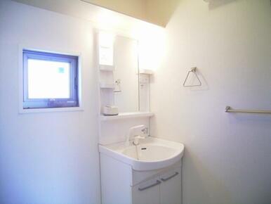 窓が付いていて明るい洗面所です。