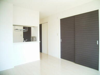 白と黒を基調としたモダンな印象の室内です。