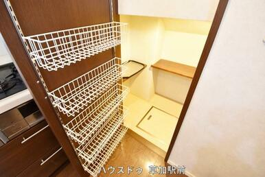 キッチン右横に収納庫ございます!日用品のストックから、保存食までたっぷり収納可能!